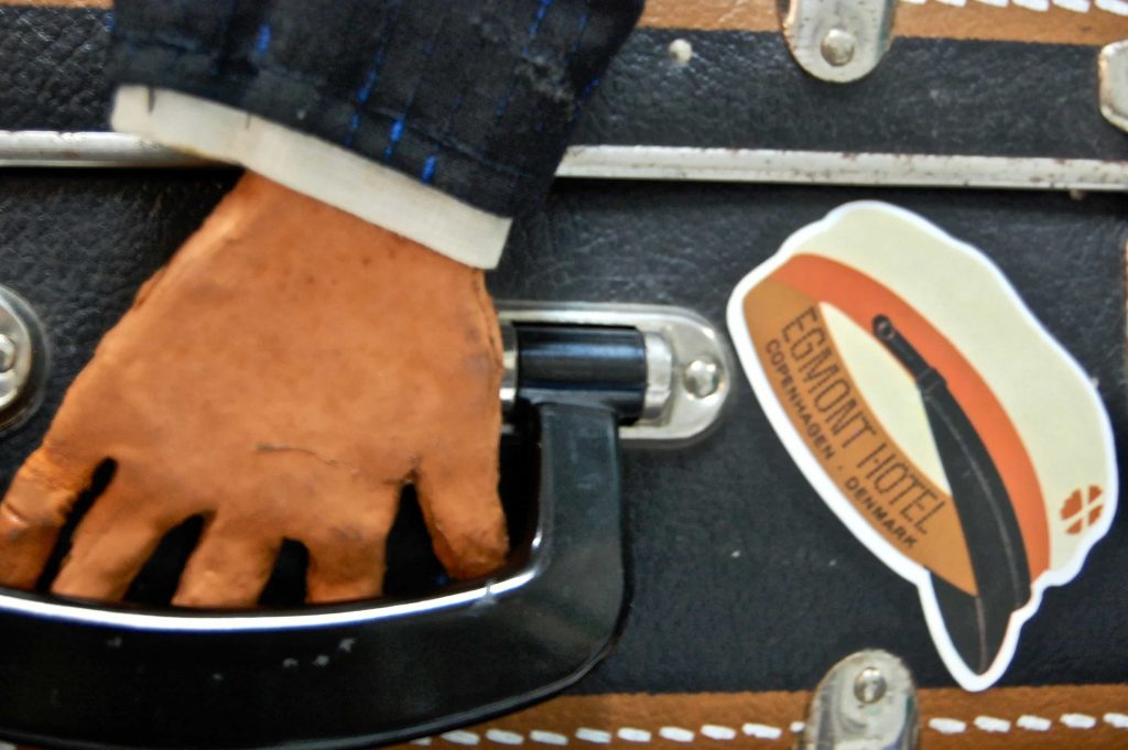 show-in-a-suitcase: puppet hand