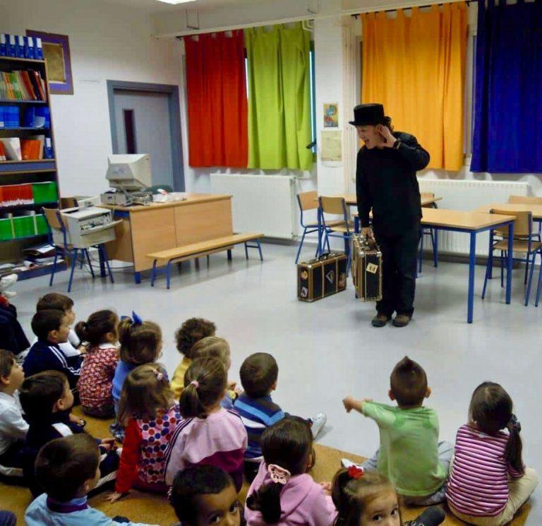 John Harrop interpretando 'El Hombrecito de Pan de Jengibre' en la escuela infantil