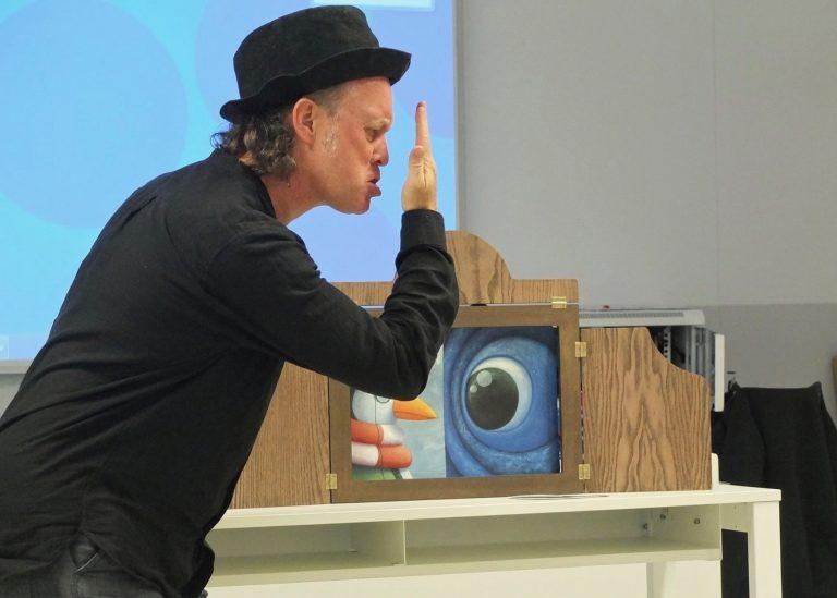 John Harrop haciendo cuentacuentos Kamishibai
